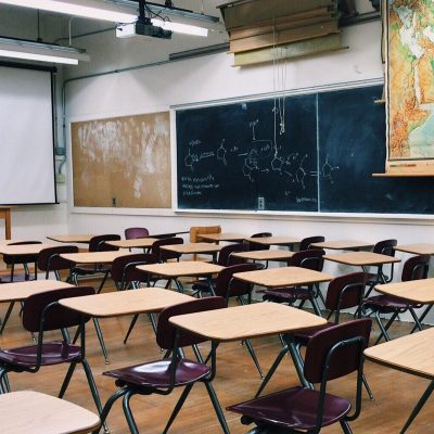 학교 교실 책상 의자 칠판 학생