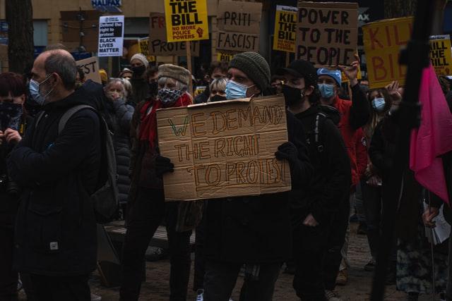 시위 행진 피켓 대치