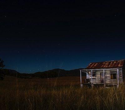 불법이민자 은신처 판자집 농가 야간 시골 어둠