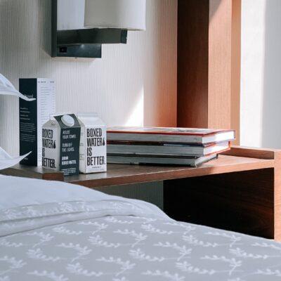 침대 책상 책 호텔